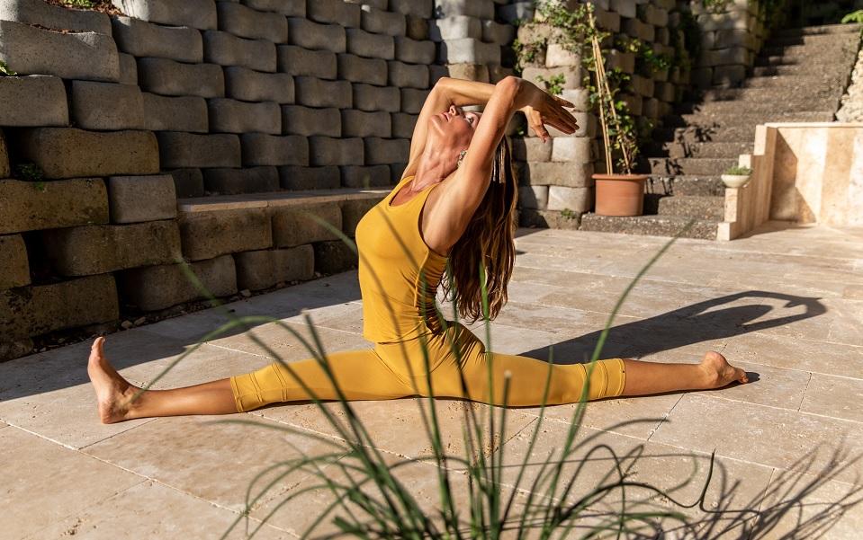 Martine Barro in Yoga Übung Spagat vor Yoga Studio YogaPraxis in Thun