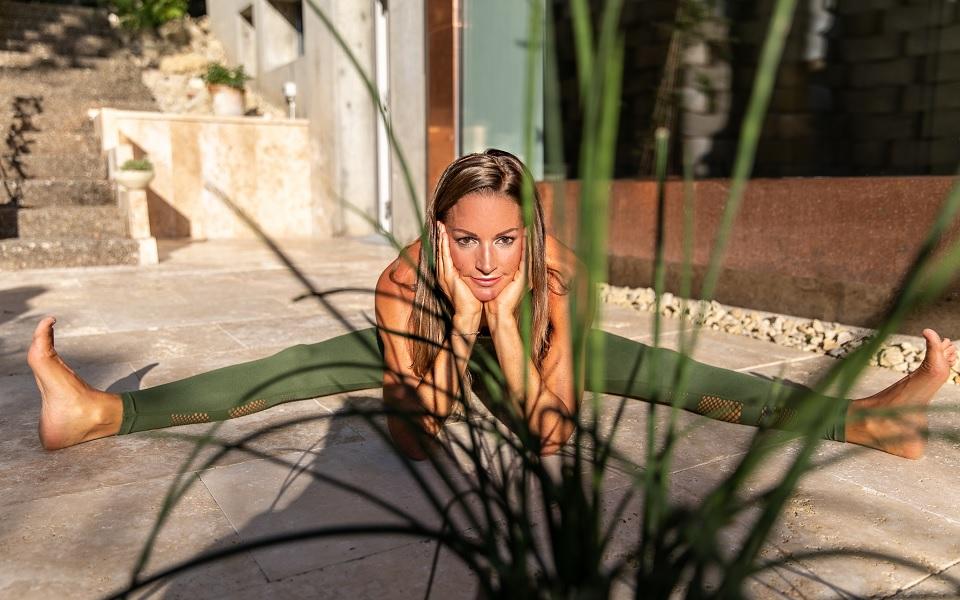 Martine Barro Yoga Asana Grätsche vor Yoga Praxis