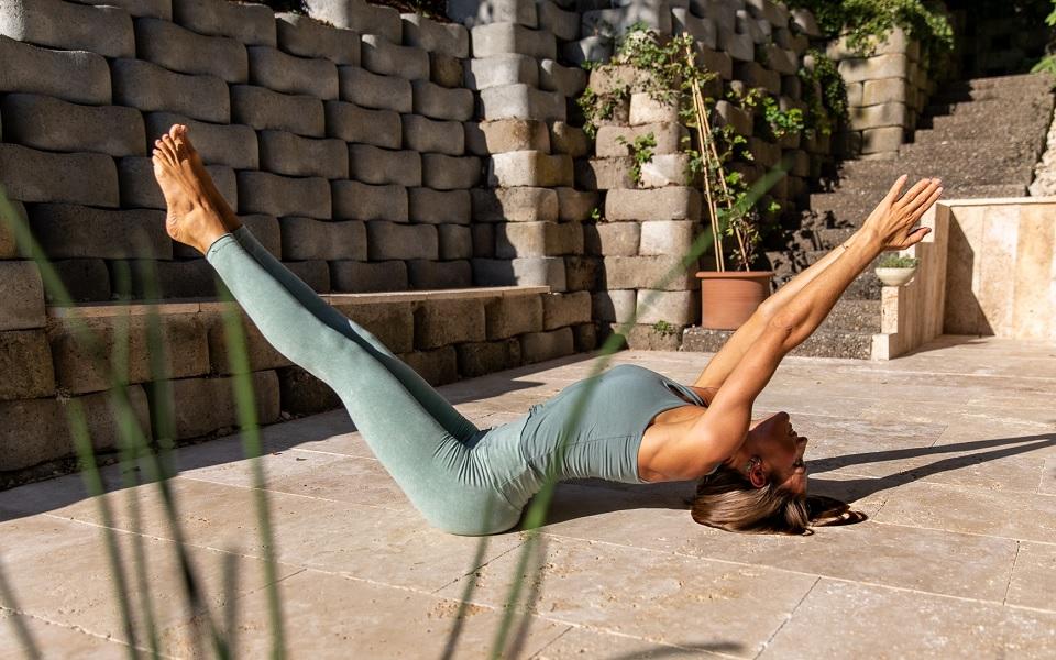 Martine Barro in Fisch vor Yoga Praxis in Thun